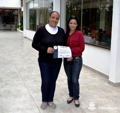 Aluna Cintia Carvalho e a gerente de hotel Ana Luiza Oliveira