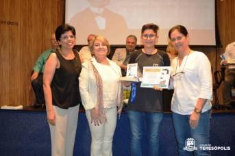 Ao centro, a Secretária Rosana Mendes com o aluno Nicolas Lage, 2º lugar do 9º ano no concurso de poesia