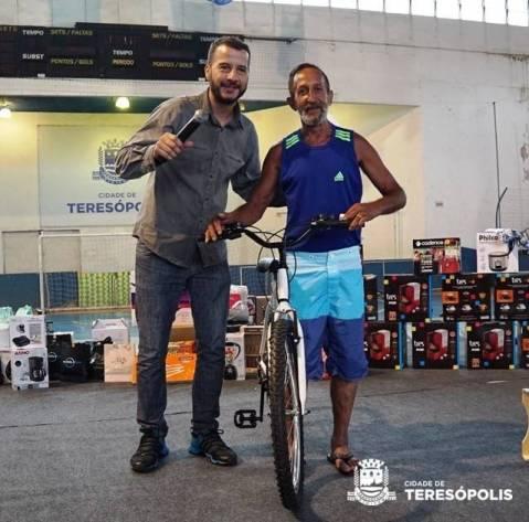 DJ Duda Ramalho com o servidor Célio, da Secretaria de Obras, ganhador da primeira bicicleta sorteada