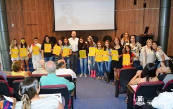Prefeito Vinicius Claussen e secretária Rosana Mendes com alunos da Escola Francisco Maria Dállia, de Bonsucesso