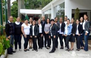Secretária Cleo Jordão, subsecretário Henrique Silva, instrutora Cida Martins e alunas do curso de camareira