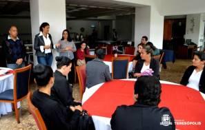 Subsecretário de Turismo Henrique Silva, secretária Cléo Jordão e instrutora Cida Martins com as alunas