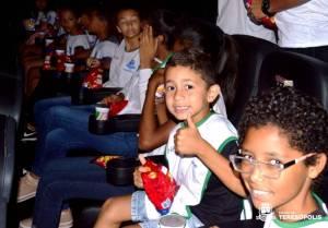 Crianças da colônia de férias da Prefeitura assistem 'Wifi Ralph' no cinema