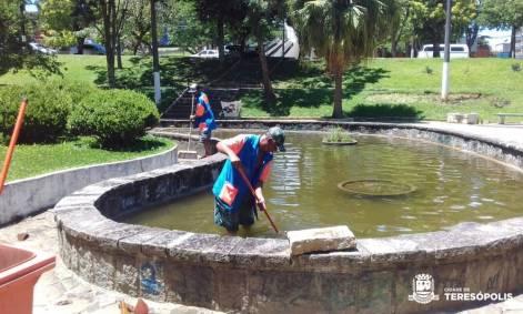 Esvaziamento e início de limpeza no lago da praça Nilo Peçanha.