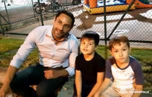 O bancário Felipe Silva com o filho Lucas e o sobrinho João