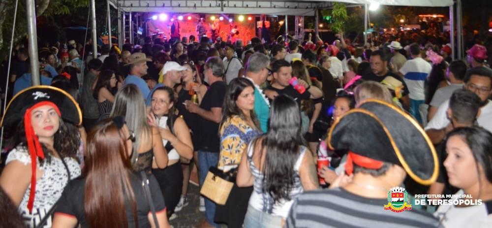 Sucesso de público, Carnaval Lupulando lota a Praça do Ginda Bloch; promovida pela Prefeitura, a festa une o samba e a cerveja produzida com o lúpulo plantado e colhido em Teresópolis
