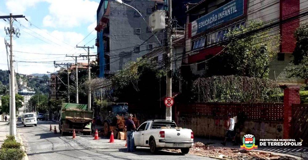 Novo recuo para veículos melhora trânsito na Rua Prefeito Sebastião Teixeira