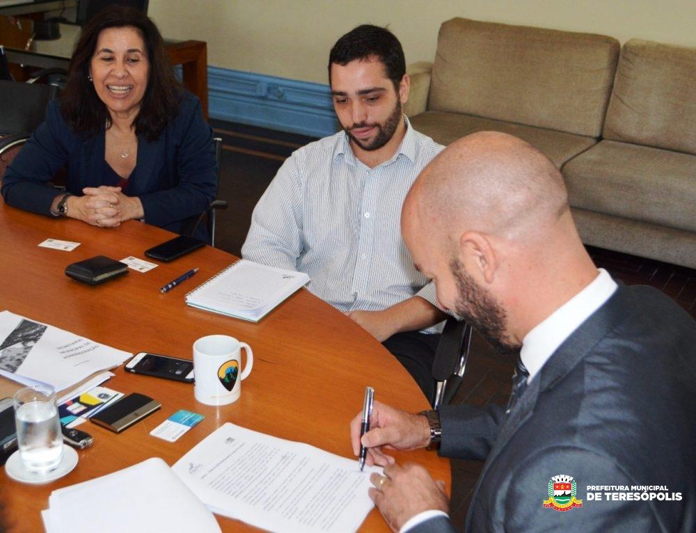 Prefeitura e AgeRio assinam convênio para implementar o Programa de Microcrédito no município