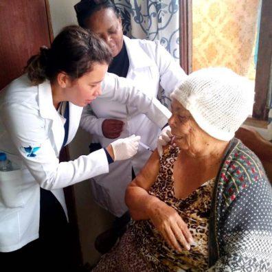 Equipe do posto de saúde da Fonte Santa vacina idosa contra a gripe em domicílio