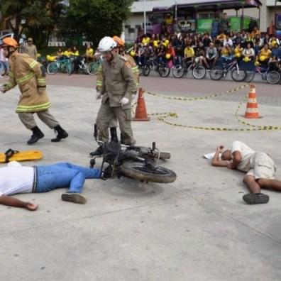 Público acompanha simulação de socorro à vítimas de acidente de trânsito