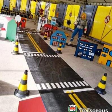 Pista montada na minicidade de trânsito para orientar as crianças sobre direção segura