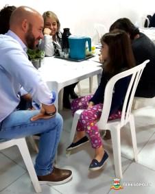 A pequena Maria Luiza apresenta pedidos ao Prefeito Vinicius Claussen