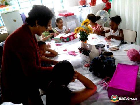 Oficina de artesanato paera crianças e adolescentes no CRAS Meudon