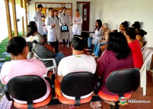 Dinâmica sobre a função materna com equipe da unidade móvel de Saúde da Fazenda Ermitage
