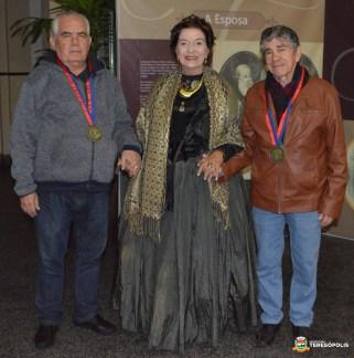 Ao lado da atriz Edinar Corradini, os homenageados da noite, Dr. Ferradeira e Waldair Queiroz