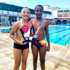 Caio Maciel e Guilherme Ribeiro, 1º e 2º lugares sub-13 de natação da Escola Municipal Paulo Freire_Divulgação