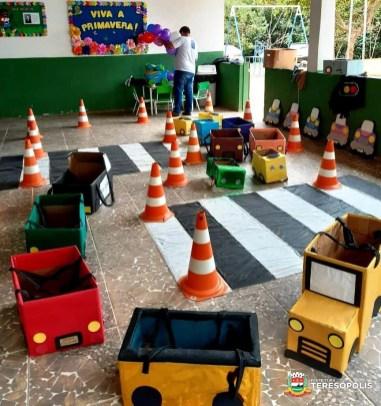 Cenário montado para conscientizar as crianças sobre trânsito seguro