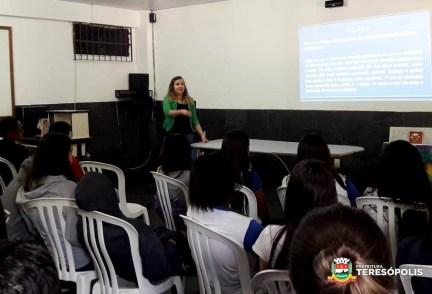 Psicóloga Thamires Araújo fala aos alunos do CEHPT