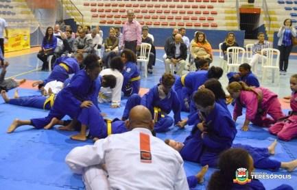 Prefeito Mario Tricano observa aulão de jiu-jitsu