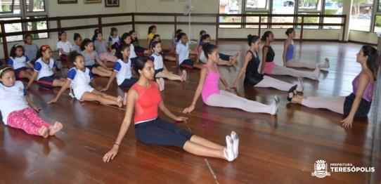 Alunas do CENSF participam de aula de balé na Casa de Cultura (JM)