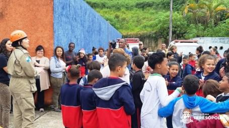 Alunos se concentram no pátio após evacuação do prédio escolar