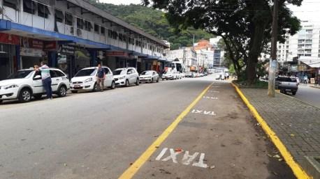 Novo espaço do ponto de táxi, que passará para o lado do canteiro central