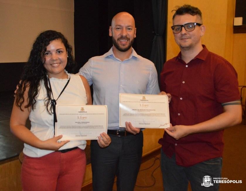 foto 02 (Prefeito Vinicius Claussen entrega certificados para Bruno Pacobahyba e Milena Fernandes, 3º lugar no concurso