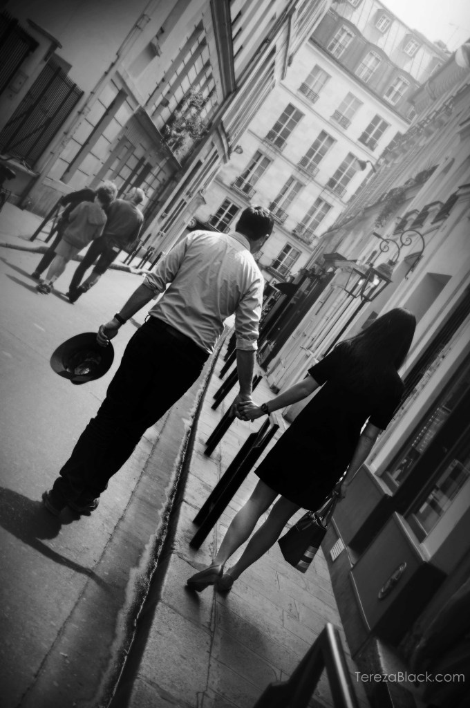 Couple in the streets of Paris