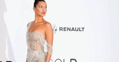 Bella Hadid Kenakan Gaun Semi Transparan Seksi