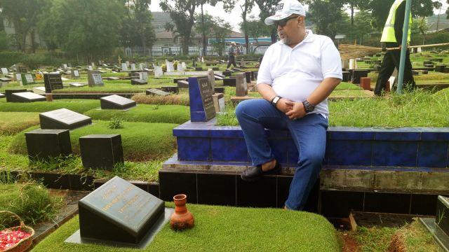 Video Napak Tilas Indro Warkop ke Makam Almarhum Sahabat