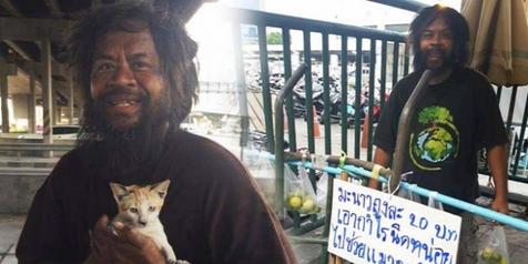 Gelandangan Asal Thailand Ini Menjual Jeruk Agar Kucing Jalanan Bisa Makan