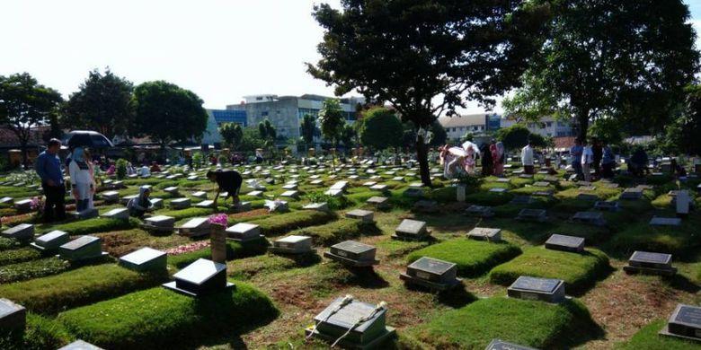 Penghasilan Pembersih Pemakaman Sepi Dari Peziarah Pada Hari Pertama Lebaran
