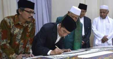 Presiden Jokowi Tulis Huruf Pertama di Atas Al Quran Akbar di Wonosobo