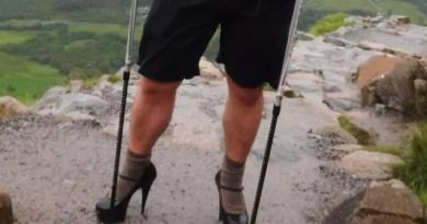Demi Beasiswa, Pria Inggris Mendaki Gunung dengan Heels 12 Cm