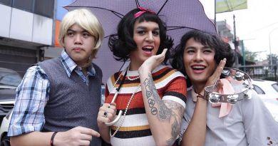 Kevin Julio Ngamen Pakai Baju Perempuan Film Sweet 20 Tembus Hingga 1 Juta Penonton