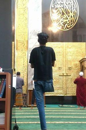 Kisah Haru Ardi Hanya Punya Satu kaki Salat Berjemaah Di Masjid