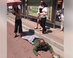 Kocak Video Pengemis yang Berpura-pura Cacat Ketahuan