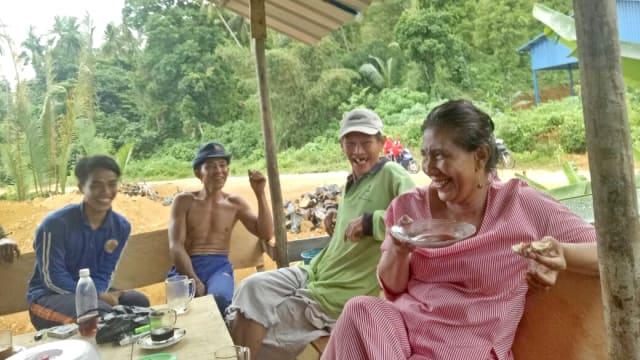 Menteri Susi Dengarkan Curhat Nelayan di Natuna Sambil Ngopi