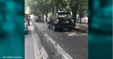 Mobil Jalan Mundur Akibat Takut Ditilang Polisi di Jalur Transjakarta