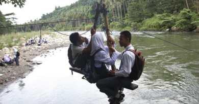 Para Pelajar Kolaka Berjuang Ke Sekolah Dengan Tali Penyeberangan