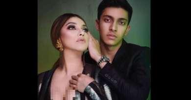 Sarah Azhari Pede Pose Umbar Dada di samping Anak Lelakinya