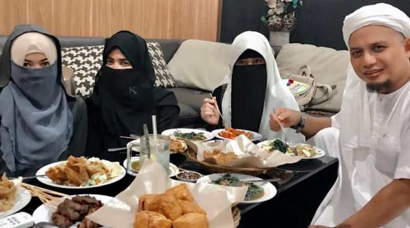 Arifin Ilham dan Ketiga Istrinya Saat Berbuka Puasa Sunnah