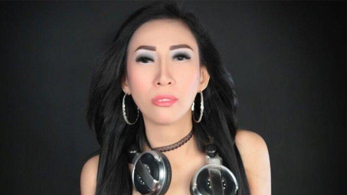 Dewi Sanca Banjir Kecaman, Karena Umbar Aurat saat Photoshot