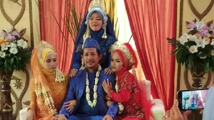 Foto Pernikahan Pria Dengan 3 Orang Wanita di Pelaminan Viral