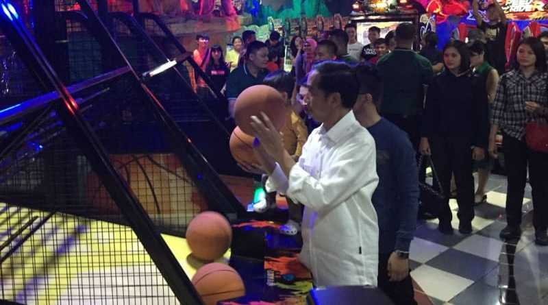 Melihat Keseruan Presiden Jokowi Main Bola Basket