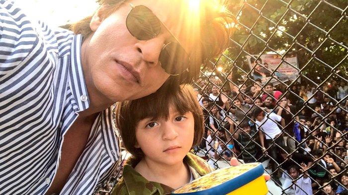 Shah Rukh Khan Ulang Tahun, Fans Berkumpul di Depan Rumahnya