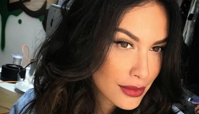 Sophia Latjuba Hanya Mengenakan Bra Saat di Foto
