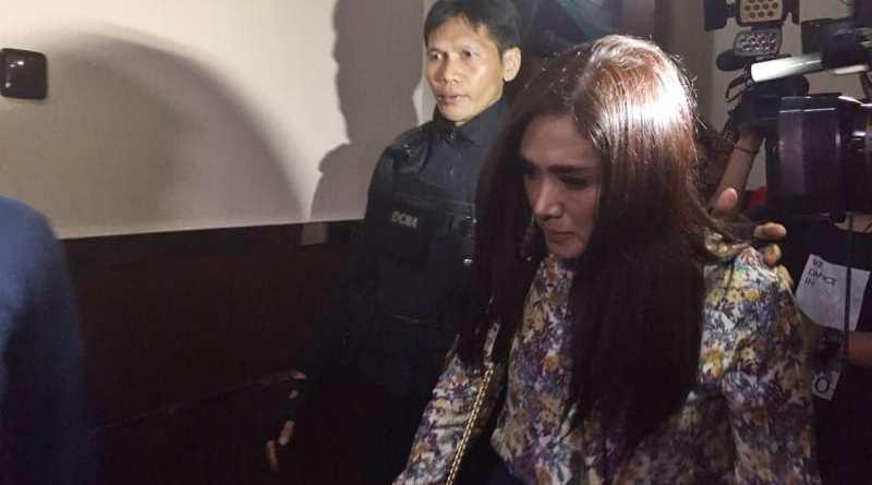 Mulan Jameela jenguk Ahmad Dhani di Polres Jaksel