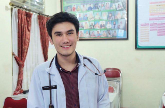 Netizen Terkejut, Dokter Anton yang Viral Disangka Ayah Dari Bayi Ganteng Pamer Nilai Saat UN