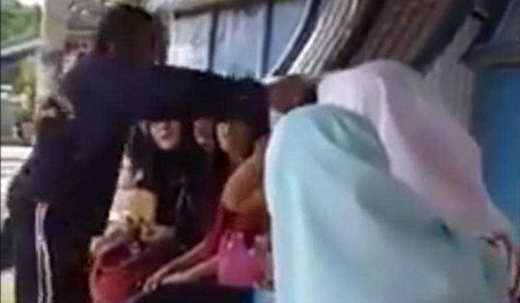 Seorang Wanita Indonesia Ditampar Pria Malaysia di Halte Bus Akibat Debat Soal Hijab